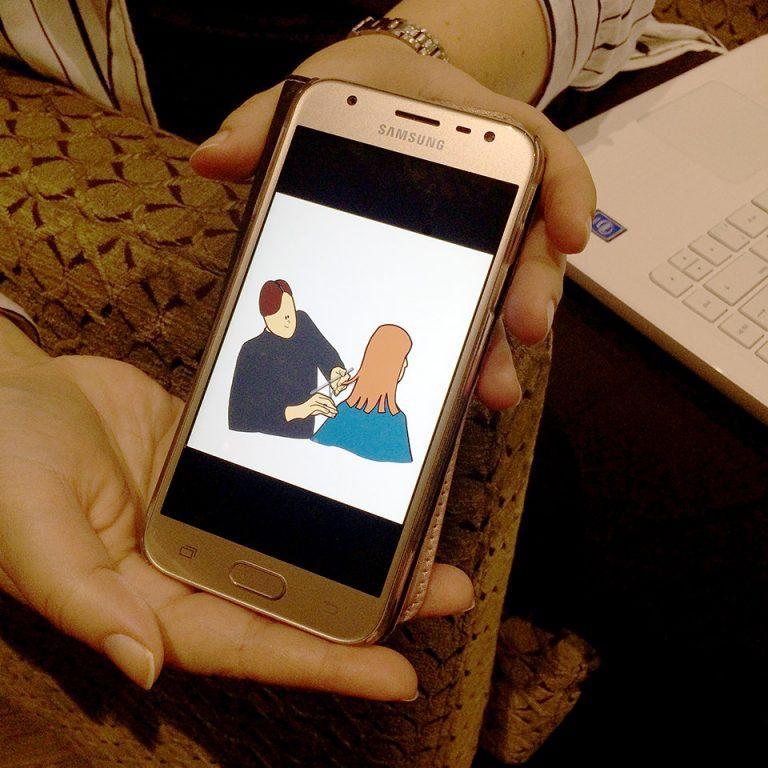 kännnykkä jossa näkyvillä piirroskuva kampaajalla käynnistä