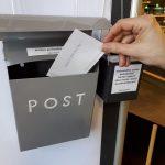 kirjastoon sijoitettu postilaatikko, johon voi jättää palautepostia näyttelystä
