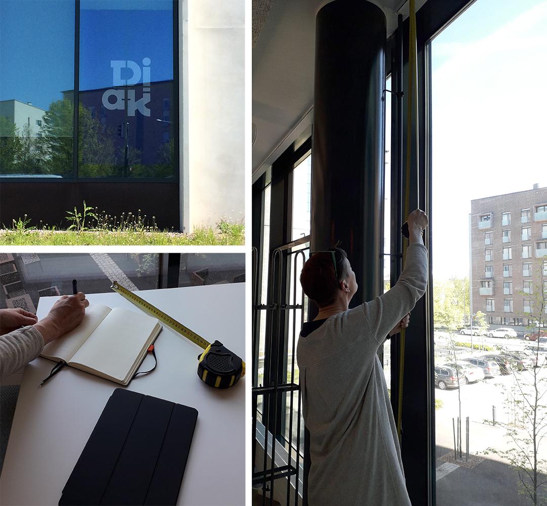 nainen mittaa ikkunoiden korkeutta näyttelyä varten
