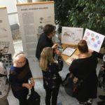 Kuvakommunikaationäyttelyn vieraita Valkealla Talolla Helsingissä